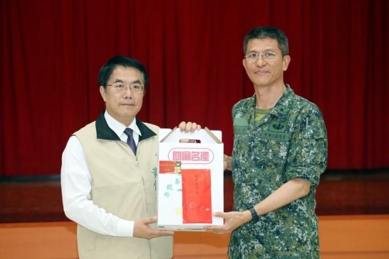 去年端午勞軍,台南市長黃偉哲(左)前往營區致贈台南名產,由洪鴻鈞少將(右)代表官兵接受。(台南市府提供)