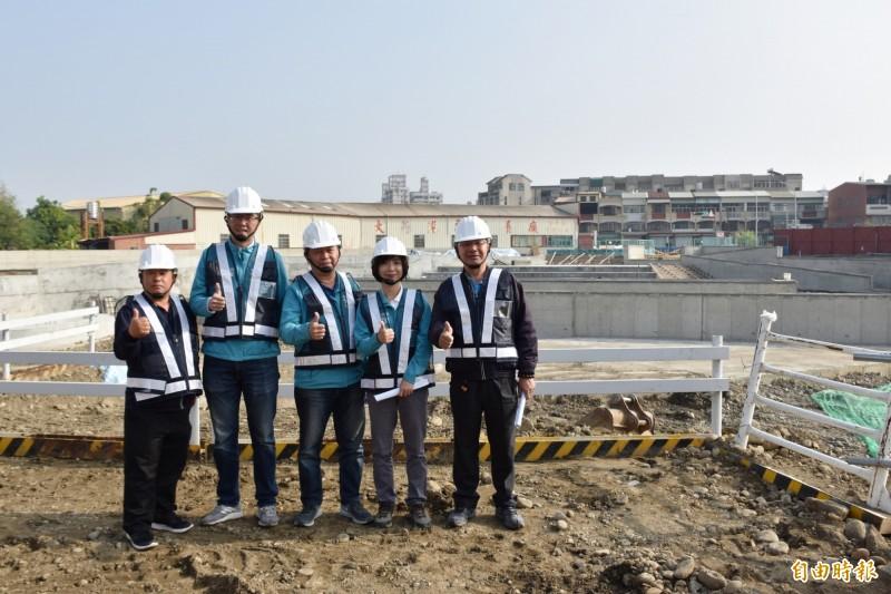 眾多民代會勘大里大峰路防災公園,水利局表示,有望於今年汛期前完工(記者蘇金鳳攝)