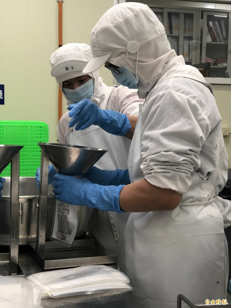 喜憨兒庇護工場趕製年菜訂單。(記者黃旭磊攝)