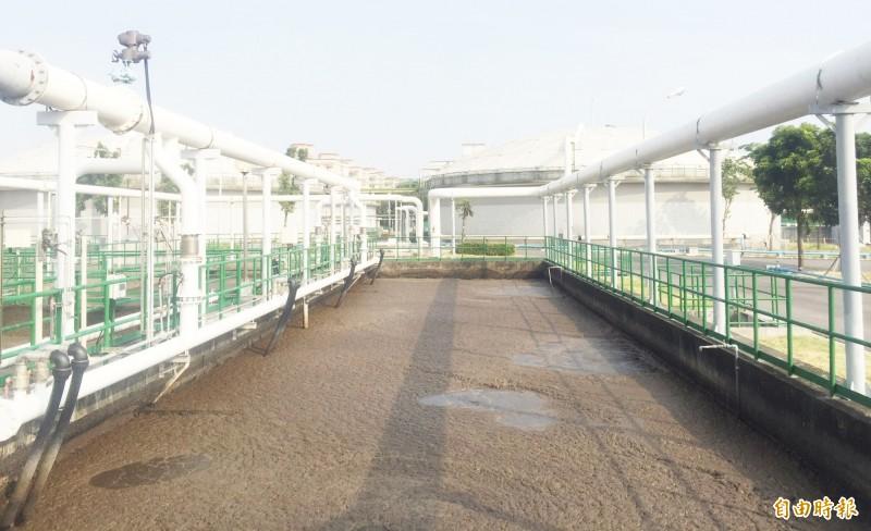鳳山溪污水處理廠受污染,造成AO生物處理系統受抑制。(記者陳文嬋攝)