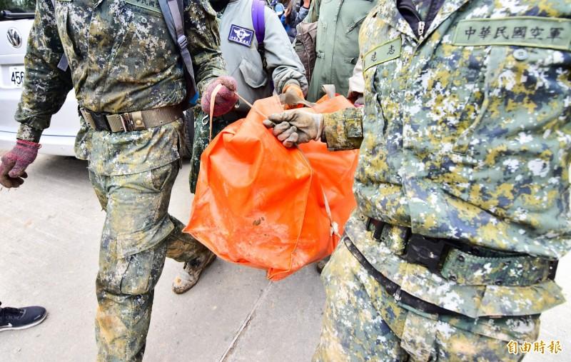 國軍今天返回黑鷹失事現場,將重要物品全數運回,也尋獲參謀總長沈一鳴的公事包。(記者張議晨攝)
