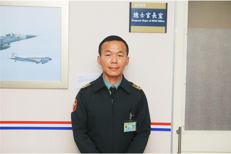 前542旅連長對媒體透露,過去曾親眼見到總士官長韓正宏(見圖)因士兵生病,披星戴月前來探視,稱讚他「帶兵帶心」。(青年日報提供)