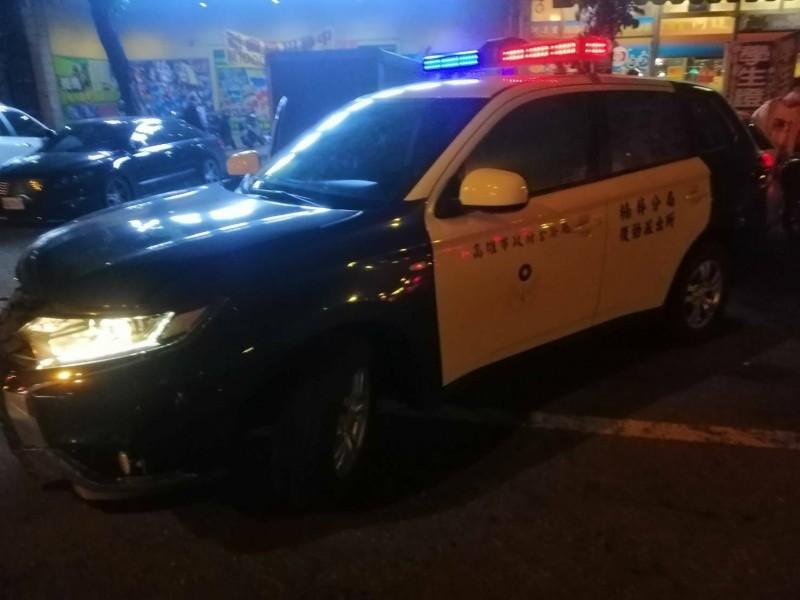 男駕車衝撞警車突圍,警開22槍追緝中。(記者陳文嬋翻攝)