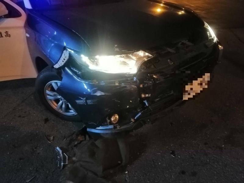 男駕車衝撞警車突圍,警開22槍追緝。(記者陳文嬋翻攝)
