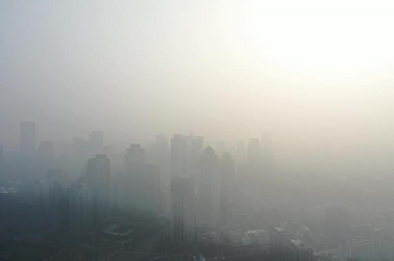 台中空氣品質紫爆,霧霾嚴重,立法院副院長蔡其昌今天在臉書po文提醒民眾「今天台中空氣品質嚴重不佳,出門在外務必戴個口罩,避免影響到呼吸系統」。(擷取蔡其昌臉書)