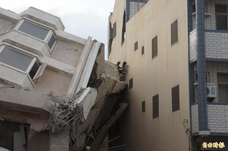 海豚灣飯店拆除樓層未依計畫往後倒,壓傷左邊的透天厝。(記者劉禹慶攝)