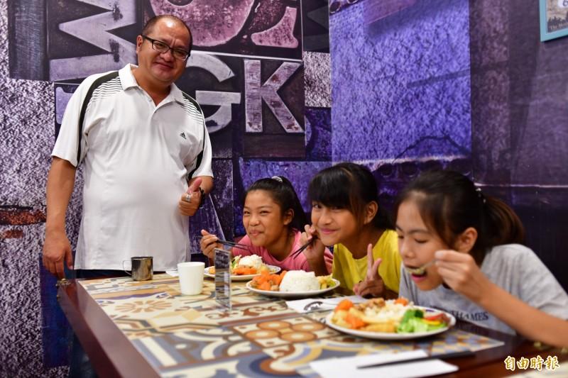 餐廳業者招待弱家扶孩子吃大餐。(記者蔡宗憲攝)