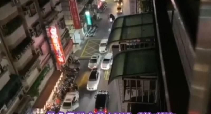 新北市蘆洲一間薑母鴨前因停車糾紛,其中一方找來6車20多名惡煞,到場砸車打人洩憤,店家、住戶都飽受驚嚇。(記者吳仁捷翻攝)