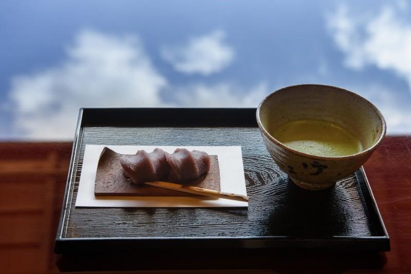 從元旦至昨天(3日)為止,東京都內共有17名老者吃年糕噎住送醫,其中1人不幸身亡。日本年糕示意圖。(美聯社)