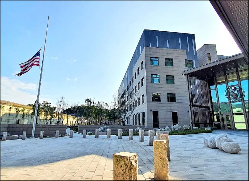 空軍黑鷹直升機前日失事墜毀,參謀總長沈一鳴等8位將士不幸殉職。AIT3日也在內湖新館下半旗致哀,AIT官方臉書並主動貼出館處下半旗的照片。(圖:AIT提供)