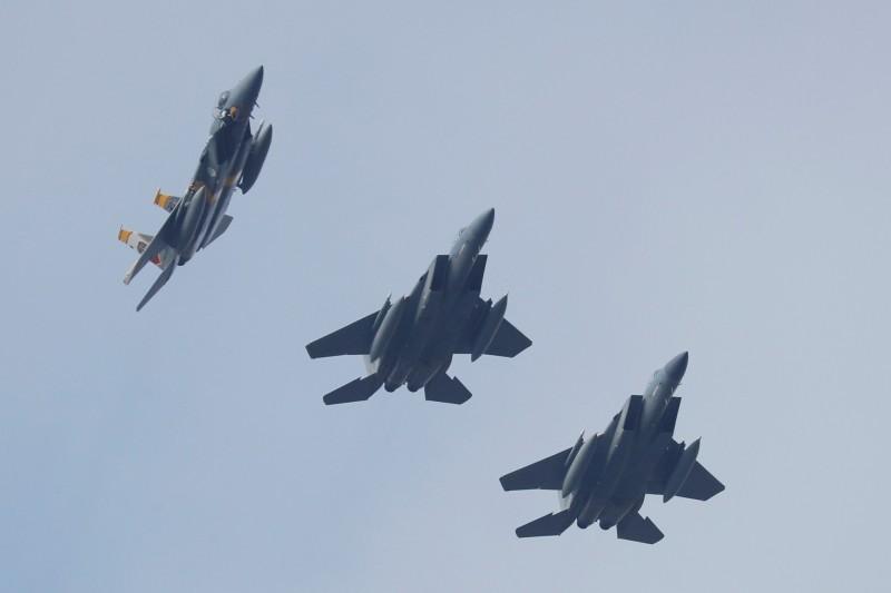 美軍1架F-15C的飛官學員在高空中昏迷,導致戰鬥機整整11秒無人操控,幸好他突然醒過來重新掌控飛機,才避免了機毀人亡悲劇的發生。F-15示意圖。(路透)