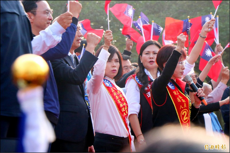 國民黨立委候選人蔡淑惠(中)昨在造勢活動上,硬扯民進黨路口同時拜票造成黑鷹失事,引起民眾撻伐。(記者萬于甄攝)