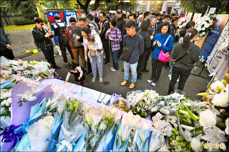 台北賓館黑鷹八將士殉職追思會場昨湧入許多民眾獻花致意。(記者叢昌瑾攝)