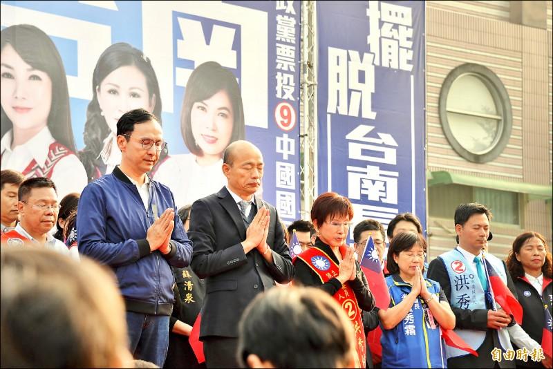 國民黨總統候選人韓國瑜昨出席台南聯合造勢大會,與競選總部主委朱立倫、黨籍立委候選人同台,為黑鷹罹難者默哀30秒。(記者許麗娟攝)