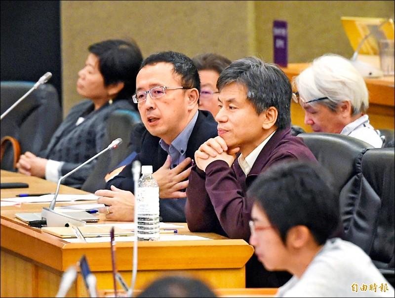 台大昨舉行校務會議,蘇宏達教授(中,戴眼鏡者)在會中發言。(記者方賓照攝)