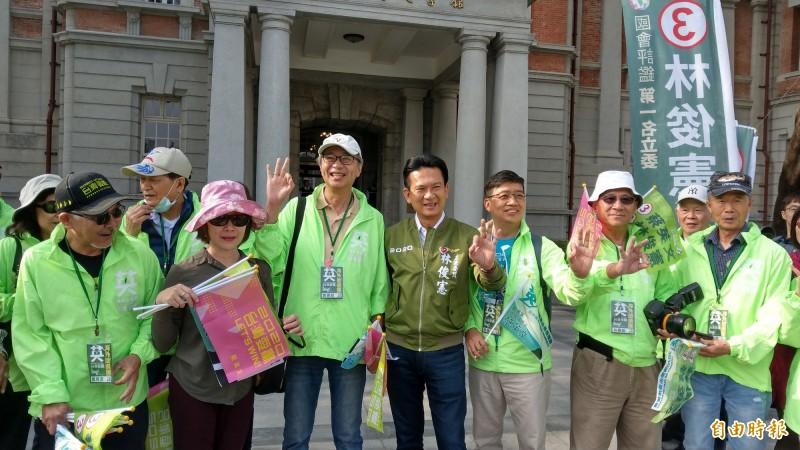 海外台僑助選團到台南市為民進黨候選人林俊憲加油打氣,也在湯德章紀念公園前為林俊憲、總統候選人蔡英文向民眾拜票。(記者劉婉君攝)