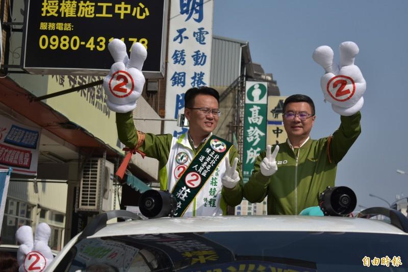 卓榮泰(右)陪同莊競程(左)拜票,他強調莊競程的專業能力,能提供台中市民自我防護力。(記者張瑞楨攝)