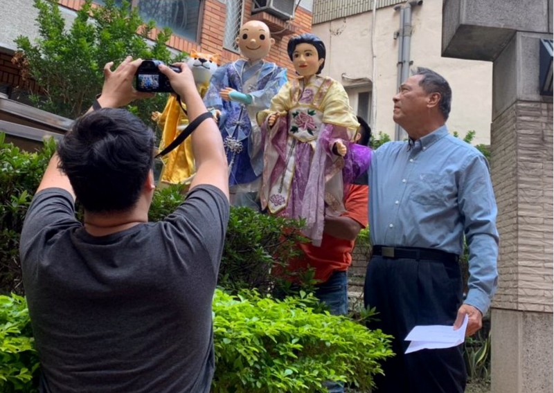 五洲園掌中劇團負責人黃文郎(右)製作立委沈智慧造型戲偶,並義務錄製影片為沈智慧拉票。(沈智慧競選總部提供)