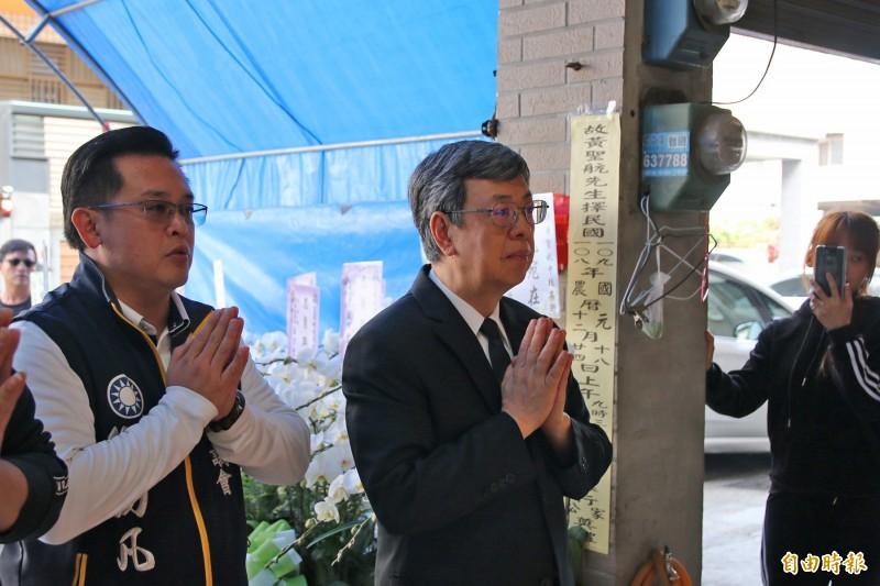 副總統陳建仁今低調至頭份向英勇殉職的參謀總長少校侍從官黃聖航上香致敬。(記者鄭名翔攝)