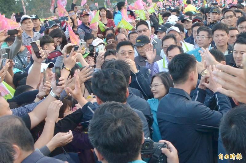 民進黨總統候選人蔡英文今在台南造勢大進場時,支持者蜂擁爭相握手,雖然有安全人員層層保護,仍幾乎隱沒在人潮中。(記者吳俊鋒攝)