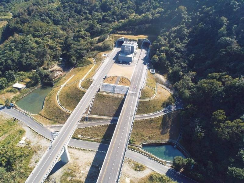 蘇花改的谷風、觀音隧道,串聯成全台第二長的公路隧道,行駛時間至少要13 分鐘。圖為觀音隧道口。(蘇花改工程處提供)