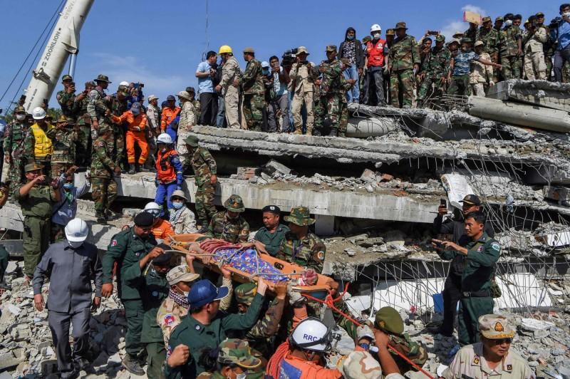 柬埔寨一處7層樓的建築工地倒塌,搜救至今已確認24人罹難,另有23人受傷。(法新社)