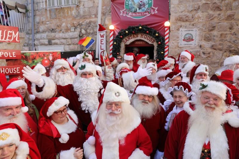 美國50名職業耶誕老人,今(5)日受邀遠赴耶路撒冷,現身在被視為聖地的古老城市街頭。(歐新社)