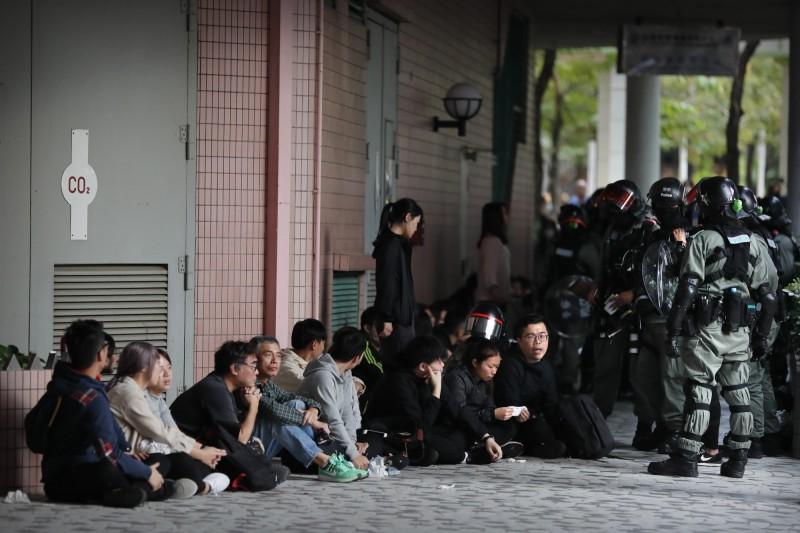 警方今突封鎖上水中心及上水廣場對數百名市民進行截查,共計拘捕42人,其中有多名學生。(美聯社)