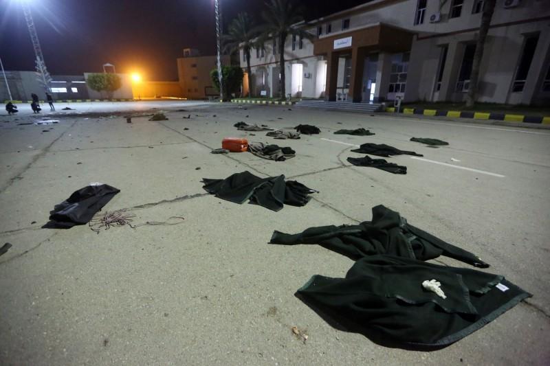 利比亞首都1所軍事學院遭空襲,至少造成28人死亡,現場屍塊遍布。(法新社)