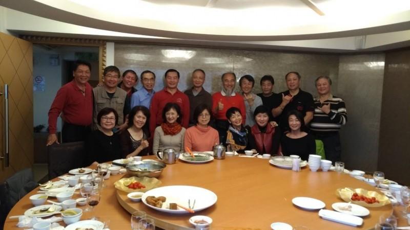 參謀總長沈一鳴(後排左五)在黑鷹空難殉職,他的同學盧耀欽(後排左二)在臉書貼出空軍幼校2160期同學們餐敘照片。(此圖獲盧耀欽授權使用)