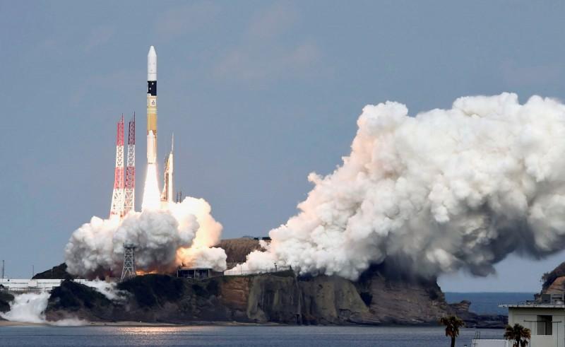 日本欲將「航空自衛隊」更名為「航空宇宙自衛隊」,以擴大太空防衛實力。圖為2014年日本發射隼鳥2號探測器。(路透)