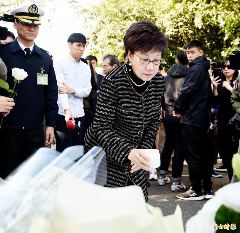 前副總統呂秀蓮前往黑鷹直升機空難殉職將士追思會場致哀。(記者朱沛雄攝)