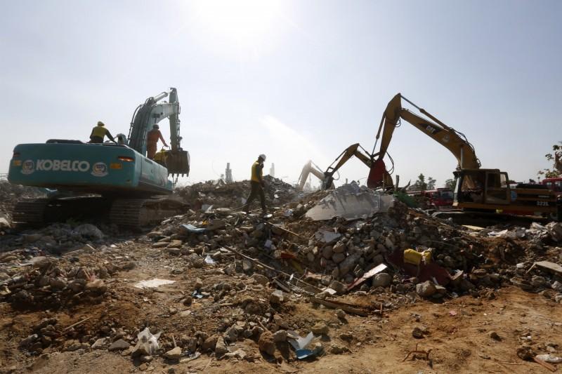 柬埔寨7層樓建物工地倒塌,目前已有36死23傷,死者當中還包括6名兒童。(歐新社)