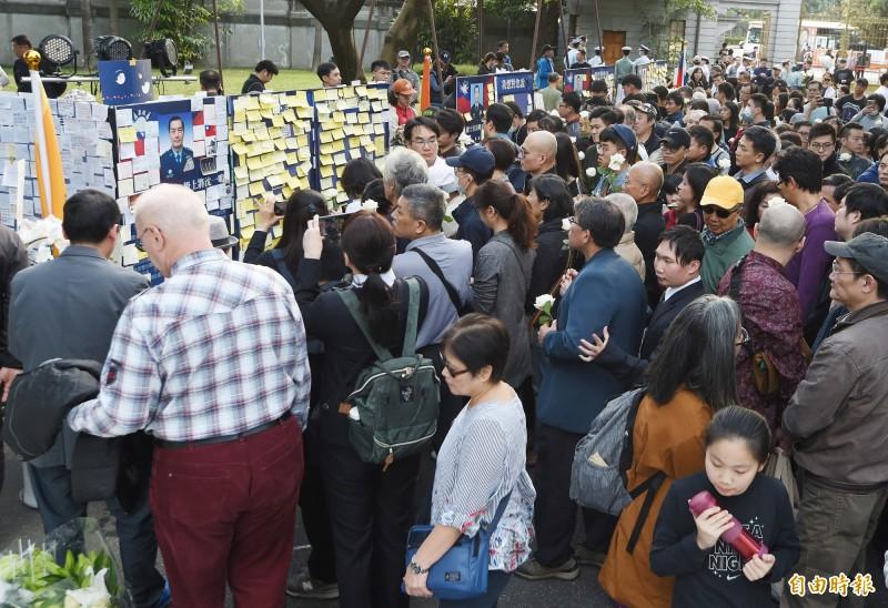 台北賓館黑鷹直升機空難殉職將士追思會場5日湧入許多民眾到場獻花追思。(記者朱沛雄攝)