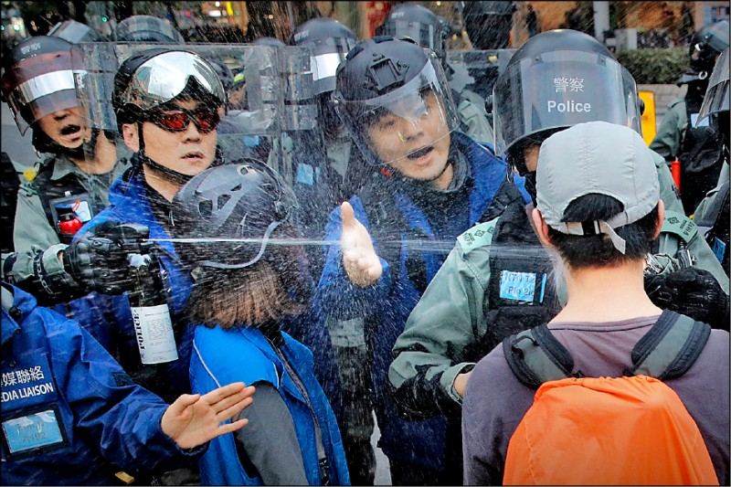 警方無預警地動用胡椒噴霧強制驅離,逮捕四十多人。(美聯社)