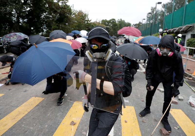 去年十一月,反送中示威者在香港中文大學與警方爆發激烈衝突。(路透檔案照)