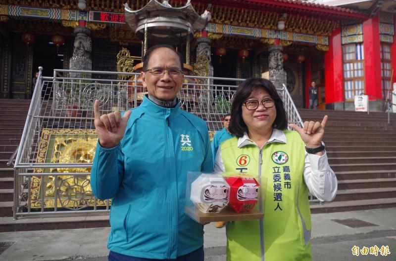外號台灣牛的游錫堃(左),今到嘉義市幫王美惠(右)助選,王期許自己成為「嘉義牛」。(記者王善嬿攝)