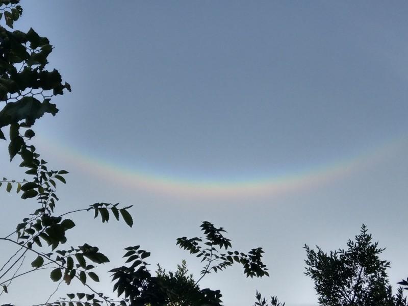 台中市東勢區出現倒彩虹,又稱「幻日」,或「天空的微笑」奇景。(民眾提供)