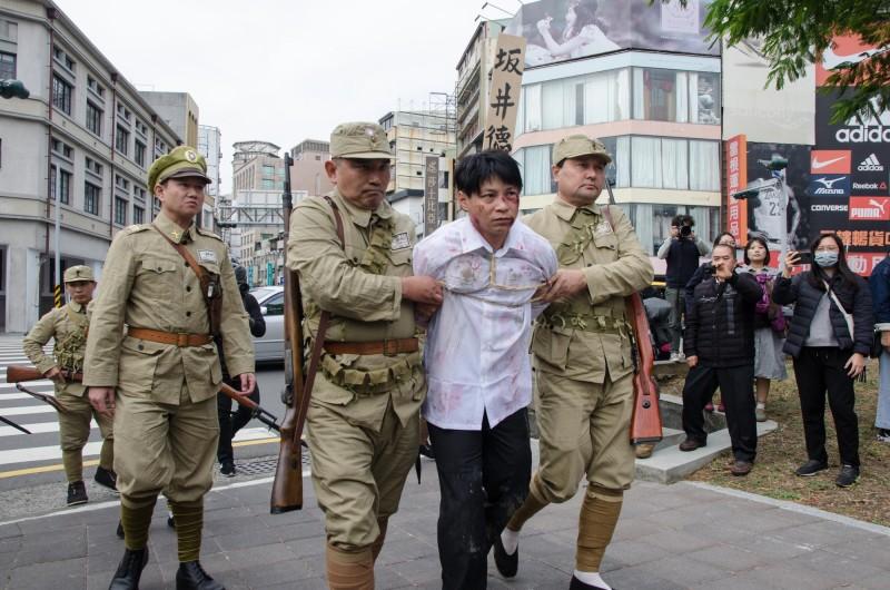 馬克吐溫國際影像有限公司團隊再度以行動劇模式重現台灣歷史。(Facebook:少了一個之後授權)