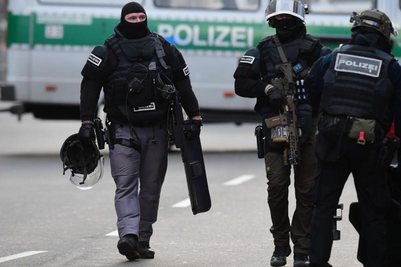 美國擊殺伊朗將領蘇萊曼尼後,德、法都紛紛傳出歹徒持刀試圖攻擊警察的事件。德國特警示意圖。(歐新社)