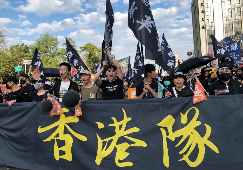 高雄罷韓遊行隊伍中,出現「香港隊」群眾,聲援香港反送中運動。(路透)