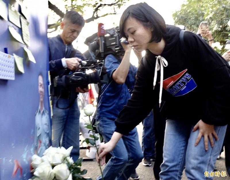 總士官長韓正宏的遺孀和家屬稍早抵達台北賓照悼念,韓妻寫下便條紙:「宏哥:記得下輩子,我們還要當夫妻。」表達對丈夫的思念,讓在場人士動容。(記者塗建榮攝)