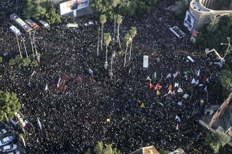 美國擊殺伊朗最高軍事領袖蘇雷曼尼,引發波斯灣地區局勢升溫,伊朗民眾群情激憤。(美聯社)