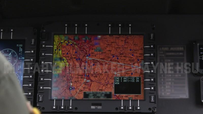 黑鷹直升機失事造成參謀總長沈一鳴上將等8人殉職,軍事專家徐宇威透露,UH-60M雖沒有配備增強型地面迫近警告系統(EGPWS)和直升機防撞預警系統(HTAWS),但本身就有預防撞地的功能。圖為黑鷹飛越南投中寮山區在嘉義基地起飛前(當時高度80呎,機場標高),飛行員用游標挪地圖去看中寮那邊的航路點是否正確設定。(圖由Military Filmmaker - Wayne Hsu提供)。