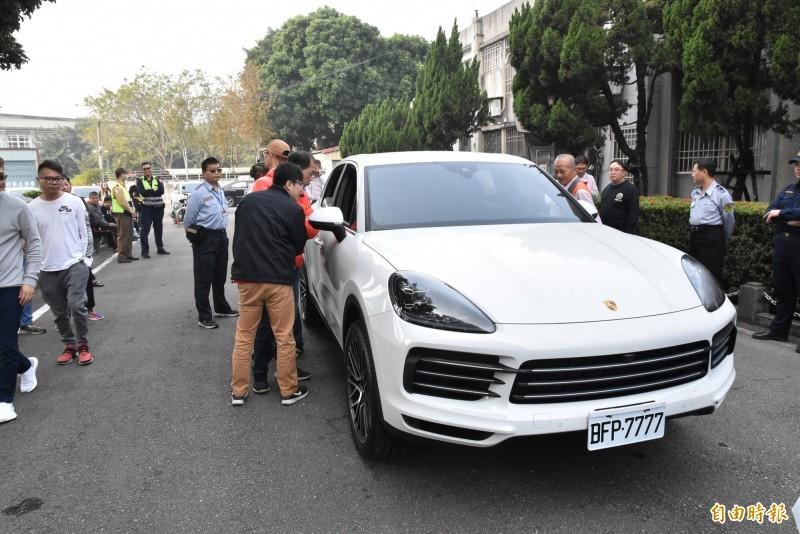 雲林地檢署今天拍賣偵查中查扣的保時捷休旅車,競標民眾踴躍,最後以340萬元賣出。(記者黃淑莉攝)