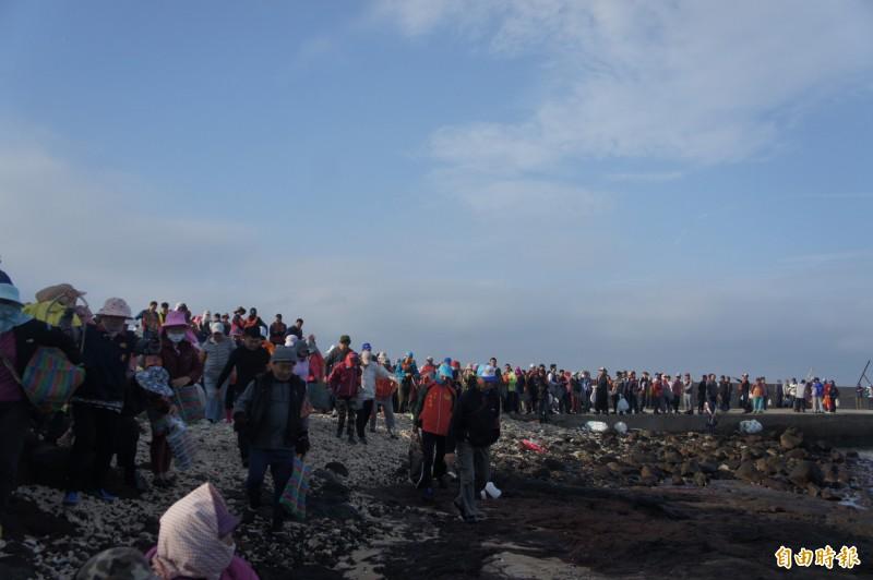 270位民眾在姑婆嶼碼頭,等待潮汐進行今年首度紫菜採收。(記者劉禹慶攝)