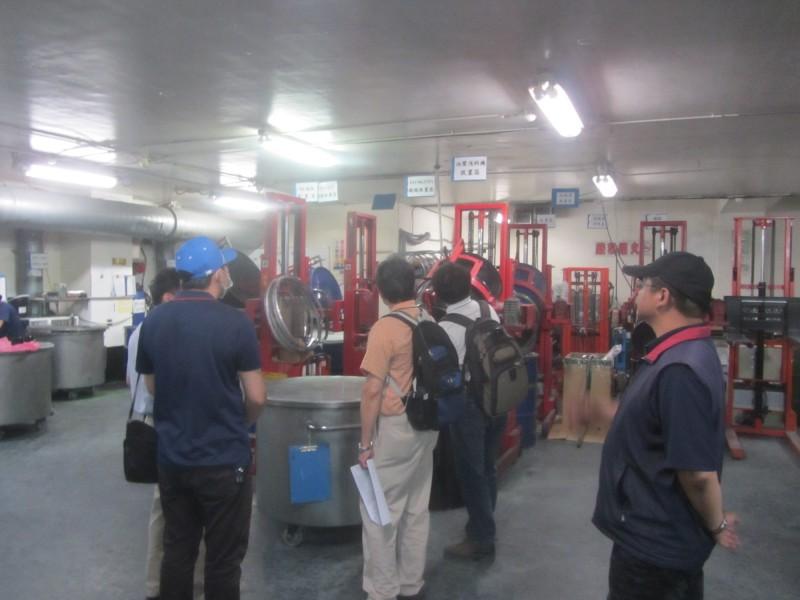 勞檢人員檢視化學製品製造業現場化學品攪拌區的防爆裝置設置情形。(新北市政府提供)