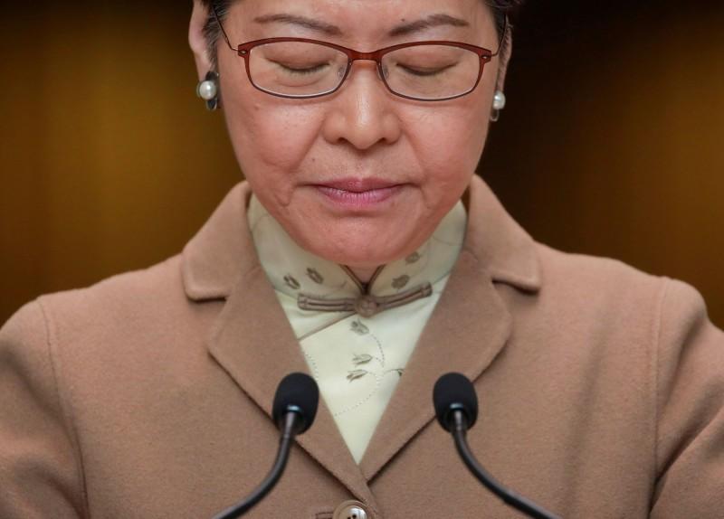 民主派掌控的香港東區區議會通過動議,促特首林鄭月娥(見圖)赴中國武漢視察不名肺炎的疫情。(路透)