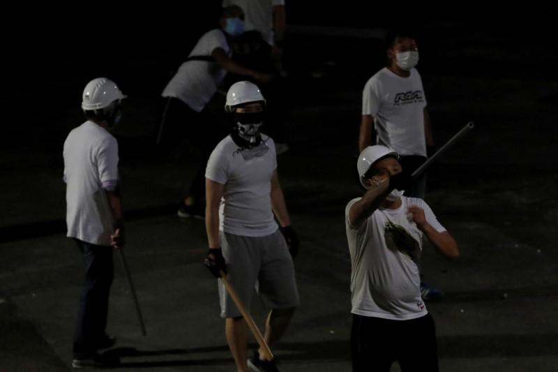 新一屆元朗區議會通過成立「721元朗西鐵站白衣暴徒無差別襲擊市民事件工作小組」,並要求港府成立獨立調查委員會調查警暴。(路透)