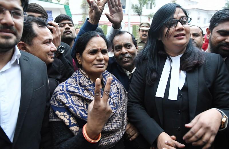 受害者的母親在法庭比出勝利手勢。(歐新社)